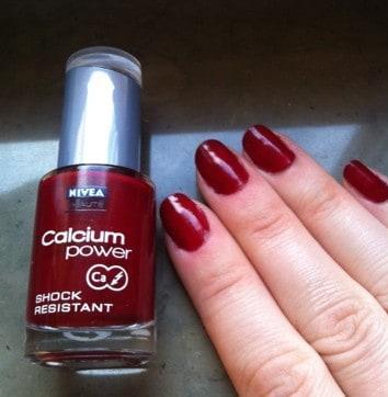 Rött nagellack, naglar
