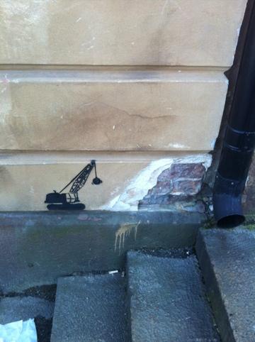 roliga bilder grävmaskin slår sönder hus vid en trappa