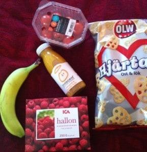 middag bestående av chips, hallon, banan, smoothie och tomater