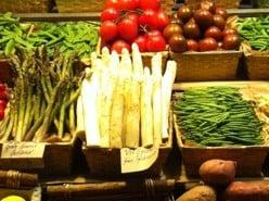 Vit sparris från tyskland, hötorget, stor sparris. Snuskig mat
