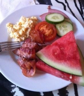 Hotellfrukost, melon, bacon och ägg