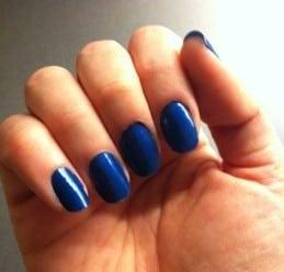 Blått nagellack, naglar
