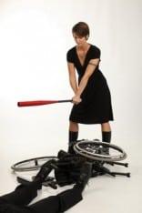 Arga Klara slår rullstolen med slagträ