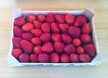 Årets första jordgubbar! Preppat för kalaset i kväll
