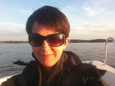 Arga Klara i båt på sjön