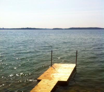Brygga vid vattnet på lantstället, hav och bad