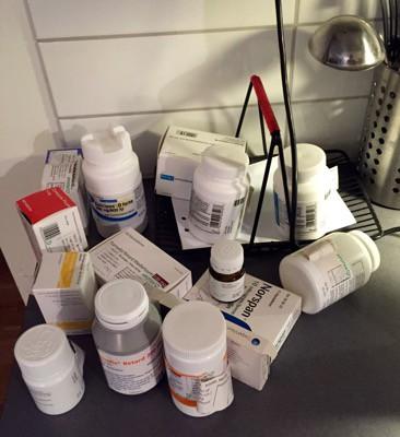 Mediciner. Påfyllning av dosan, den räcker inte till! Det blev en misslyckad långpromenad.