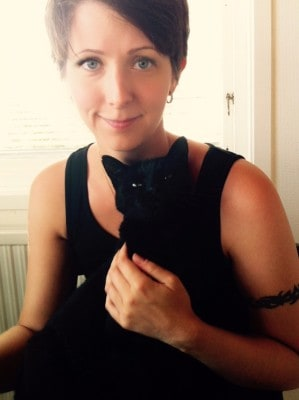Arga Klara och svart katt. Packat ihop hans saker.