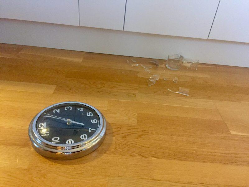 Krossat glas och klocka på golv, tid. En helt vanlig dag med små katter!
