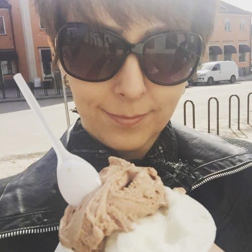 Arga Klara äter glass