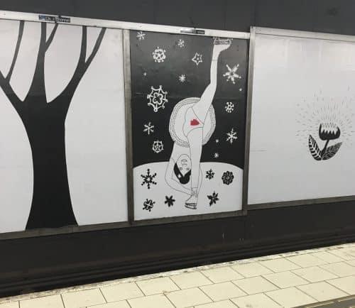 Konst på Slussen i Stockholm. Mensfläckar och barnteckningar.