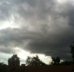 Himlen gråter. En väldigt svart himmel och åskväder på gång