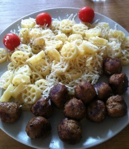 pasta med köttbullar, tomater och parmesanost, umami