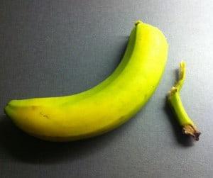 Banan. Jag är dålig på att skala bananer! Bananer innehåller kalium, vilket är bra mot kramp.