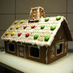 pepperkakshus. Vi tittade på ett hus i går. Pynt och kakor till advent.