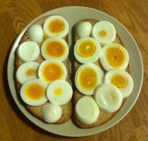 ägg på äggmacka med kaviar. Ägg i micron