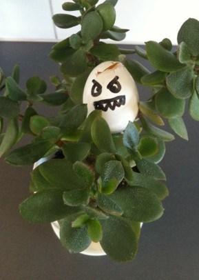 Äggplanta. Roliga påskbilder