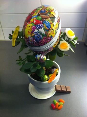 Äggplanta med påskägg. Roliga påskbilder