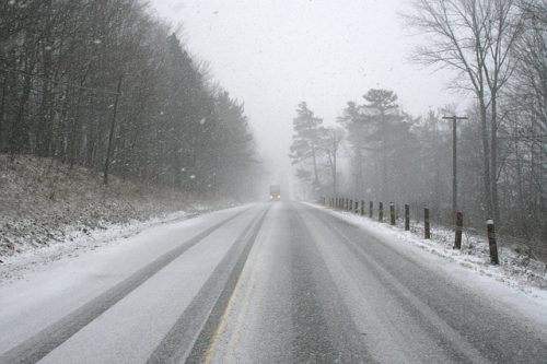 Snöig väg på roadtrip