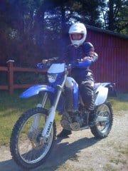 Arga Klara åker motorcykel med full skyddsutrustning