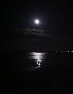 fullmåne över vatten, hur påverkar månen oss, måne. Påverkad av fullmånen.