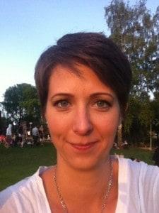 Arga Klara i solen utanför Stadion