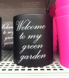 Skitful blomkruka med text: Welcome to my green garden