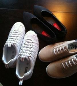 Vita gympaskor, svarta skor från Björn borg och ett par beiga tygskor. Fått sommarskor av svärmor!