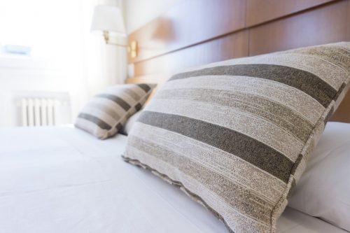 Säng med randiga kuddar