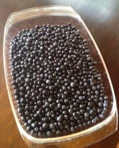 En ugnsform full med blåbär, ska bli blåbärspaj.