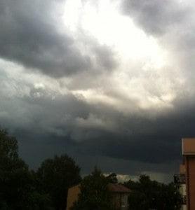 Svart himmel, mörka moln och åska