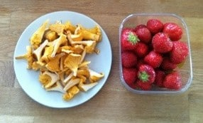 Min middag, kantareller som jag stekte i smör, och jordgubbar till efterrätt. Utan planer men med många idéer.