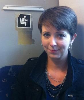 Arga Klara åker tunnelbana. På handikapplatsen, såklart. Jag är ju handikappad.