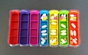 Ask med fack för att dosera piller, tablettdoserare. Veckans minus.