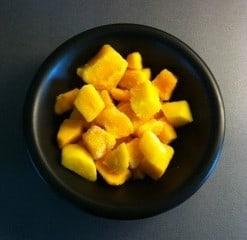 Mango i en svart skål.