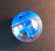 Kattleksak, en boll med en spiral i och justerbar öppning för kattgodis.