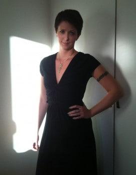 Arga Klara. Svart klänning, grönt nagellack, grönt halsband