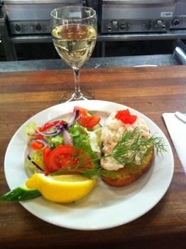 Toast Skagen och ett glas vitt vin på fiskrestaurangen i Hötorgshallen