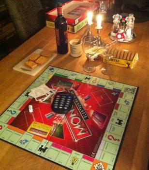 Monopol med kreditkort och elektronisk bank, ost, kex och vin
