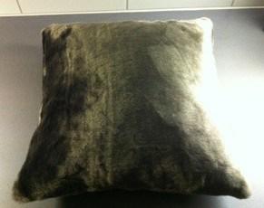 Mjuk kudde med brun päls. Julklappar