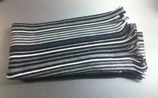 Randig halsduk. Grå, svart och vit.