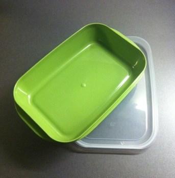 Grön matlåda i plast från Ica. Dyrt att äta lunch ute.