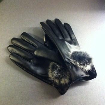 Handskar med touchfunktion för smartphones. iPhonehandskar i PU-läder med fuskpäls.