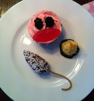 Roligt fika, chokladboll med svans och muffins med ansikte