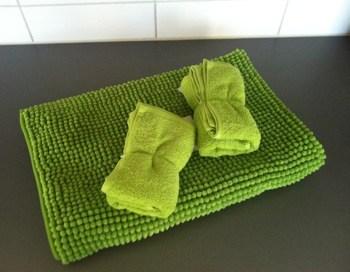 Grön badrumsmatta och gröna handdukar från Ikea. Fynd!