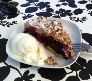 Var ute i går, och åt hallonpaj med glass på cafeet på Fjällgatan på Södermalm.