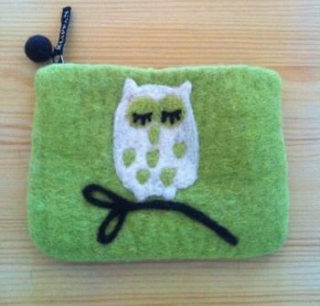 Liten limegrön väska i tovad ull med en uggla. Vilket fynd!