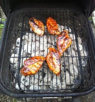 Grill med kycklingbröst, grillad kyckling. Stora bröst!