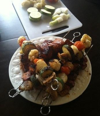 Grillspett med marinerat fläskkött och grönsaker