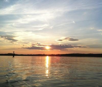 Vacker solnedgång över havet. Lång sommar. Dags för ett dopp!